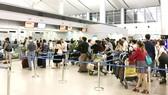 Hành khách chờ cân hành lý tại sân bay Tân Sơn Nhất. Ảnh: THÀNH TRÍ