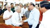 Thủ tướng Nguyễn Xuân Phúc gặp gỡ cử tri tại buổi  tiếp xúc.  Ảnh: TTXVN