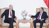 Thủ tướng Nguyễn Xuân Phúc và cựu Thủ tướng Canada Jean Chretien. Ảnh: VGP