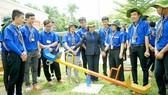 Đồng chí Nguyễn Thị Lệ thăm sân chơi thiếu nhi do chiến sĩ Mùa hè xanh thực hiện tại xã Long Thành Trung