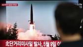 Người dân Seoul, Hàn Quốc, theo dõi tin tên lửa Triều Tiên được phóng ngày 25-7