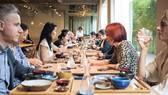Trong nhà hàng Aizomê