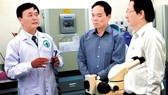 Phó Bí thư Thường trực Thành ủy TPHCM Trần Lưu Quang thăm các phòng thí nghiệm tại Trường ĐH Quốc tế (ĐH Quốc gia TPHCM). Ảnh: THANH HÙNG