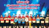 Phó Bí thư Thành ủy TPHCM Võ Thị Dung trao bằng khen cho các tập thể và cá nhân tại buổi lễ