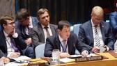 Phó đại sứ Nga Dmitry Polyanskiy phát biểu tại phiên họp khẩn của Hội đồng Bảo an Liên hợp quốc ngày 22-8. Ảnh: THX
