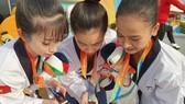 Ba VĐV Taekwondo Việt Nam đã vượt qua chủ nhà Hàn Quốc để giành HCV. Ảnh: NGUYỄN THANH HUY