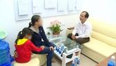 Tiến sĩ Lê Minh Thuận đang tư vấn cho bệnh nhân và người nhà