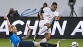 Serge Gnabry (phải) có thể trở lại đội hình xuất phát để tăng thêm sức mạnh cho hàng công của Bremen.