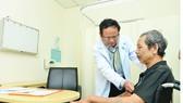 PGS-TS Lê Tiến Dũng, Trưởng khoa Hô hấp Bệnh viện Đại học Y Dược TPHCM, khám cho bệnh nhân mắc bệnh phổi tắc nghẽn mạn tính