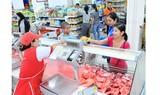Người tiêu dùng mua thịt heo có truy xuất nguồn gốc tại siêu thị. Ảnh: THÀNH TRÍ