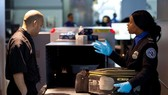 Nhân viên Cơ quan An ninh Vận tải Mỹ (TSA) kiểm tra hành lý hành khách tại sân bay quốc tế John F. Kennedy ở New York, Mỹ. Ảnh: REUTERS
