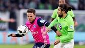 Hamburg (trái) chỉ có một con đường để tránh suất dự vòng play-off là phải đá bại Wolfsburg.