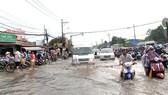 Nhiều tuyến đường ở quận 9 bị ngập sâu sau cơn mưa chiều 20-5