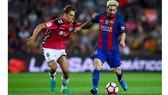 Messi (phải) đi bóng trước Llorente