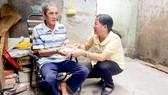 Cô Phạm Thị Vân đưa cơm, trò chuyện thăm hỏi ông Lê Văn Tấn (ngụ đường Nguyễn Tri Phương, quận 10)