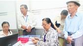 Người dân TPHCM nhận lương hưu và trợ cấp BHXH tại bưu điện