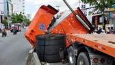 Một xe đầu kéo chở thép cuộn quá tải, không buộc cột cẩn thận làm thép rơi xuống đường khi lưu thông  trên đường Huỳnh Tấn Phát (quận 7, TPHCM)