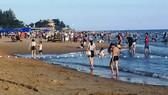 Du khách tắm biển tại Bà Rịa - Vũng Tàu