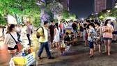 Bán hàng rong tại phố đi bộ Nguyễn Huệ