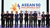 Các Ngoại trưởng chụp ảnh chung tại lễ khai mạc Hội nghị AMM lần thứ 50 ở Manila, Philippines ngày 5-8. Ảnh: REUTRES