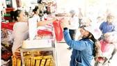 Mua bánh trung thu tại cửa hàng bánh Như Lan, quận 1, TPHCM. Ảnh: CAO THĂNG