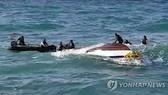 Lực lượng Bảo vệ bờ biển Hàn Quốc đang thực hiện các hoạt động cứu nạn. Ảnh: Yonhap