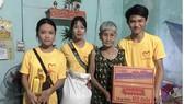 Các em tham gia CLB đến giúp đỡ người già neo đơn