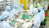 Chế biến thực phẩm cung ứng thị trường TPHCM và các tỉnh, thành. Ảnh: CAO THĂNG