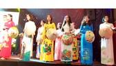 Các thí sinh trình diễn trang phục áo dài tại hội thi do Công đoàn Viên chức TPHCM tổ chức