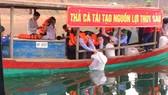Thả cá trên lòng hồ Kẻ Gỗ ở tỉnh Hà Tĩnh