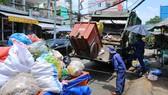 Gom rác vận chuyển đến khu xử lý rác tại quận 8. Ảnh: CAO THĂNG