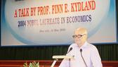 """GS. Finn E. Kydland nói chuyện với thầy và trò Trường ĐH Kinh tế  - ĐH Huế xoay quanh chủ đề """"Con đường đi đến giải Nobel"""""""