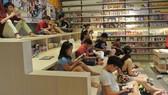 Các bạn nhỏ đọc sách tại Trung tâm Sách Kim Đồng