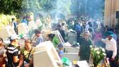 Người dân thắp hương tại Khu mộ 10 nữ liệt sĩ TNXP Ngã ba Đồng Lộc