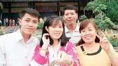 Tân thủ khoa Trường ĐH Quốc tế Hồng Bàng Nguyễn Thị Thu (thứ 2, từ trái sang) chụp hình cùng gia đình