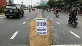 Nhiều người bị té xe máy vì nhớt  trên đường