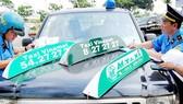Thanh tra Sở GTVT kiểm tra và lập biên bản các xe taxi giả, taxi nhái. Ảnh do Thanh tra Sở GTVT cung cấp