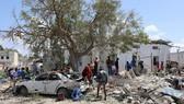 Hiện trường vụ đánh bom xe trụ sở chính quyền quận Hawlwadag ở thủ đô Mogadishu của Somalia ngày 2-9-2018. REUTERS