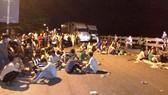 Hàng chục người chặn Quốc lộ 1A tối 2-9 tại Quảng Ngãi. Ảnh: Facebook
