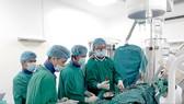 Chuyên gia Cuba thực hiện một ca phẫu thuật cho bệnh nhân tại Bệnh viện Hữu nghị Việt Nam - Cuba