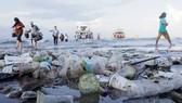 Rác thải nhựa tràn ngập bãi biển Sanur ở Bali, Indonesia. Ảnh: REUTERS