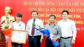 Lãnh đạo tỉnh Quảng Ngãi trao Huân chương Dũng cảm của Chủ tịch nước tặng thưởng anh Trần Thanh Ron (bìa trái)