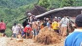 Lực lượng chức năng tìm kiếm những người mất tích trong vụ sạt lở đất tại huyện Suka Bumi, tỉnh Tây Java hôm 1-1-2019. Ảnh: REUTERS
