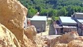 Người dân tại khu tái định cư Gò Hiu sống trong nỗi lo sạt lở. Ảnh: NGỌC PHÚC