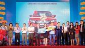 Ông Lê Hữu Hoàng, Chủ tịch HĐTV Công ty Yến sào Khánh Hòa (thứ 6 từ phải sang) trao giải nhất của chương trình là 1 chiếc xe ô tô Civic cho khách hàng Nguyễn Thị Phương Thanh (Buôn Ma Thuột, Đăk Lăk)