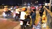 Sinh viên Trường Đại học Nguyễn Tất Thành tặng quà người thiếu may mắn ở cầu Chữ Y