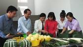 Bà Nguyễn Thị Gái, Chủ tịch Công đoàn ngành giáo dục TPHCM (thứ ba từ trái qua)  cùng gói bánh tét với các thầy cô giáo