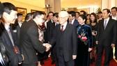 Tổng Bí thư, Chủ tịch nước Nguyễn Phú Trọng và phu nhân với các kiều bào về quê đón tết và dự chương trình Xuân Quê hương 2019