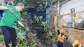 Bí thư Thành ủy TPHCM Nguyễn Thiện Nhân cùng tham gia dọn vệ sinh trên kênh rạch, tại quận Bình Thạnh.