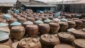 Sản xuất nước mắm theo phương thức truyền thống tại Công ty TNHH nước mắm Hải Khanh (phường Phú Hài, TP Phan Thiết). Ảnh: Nguyễn Tiến